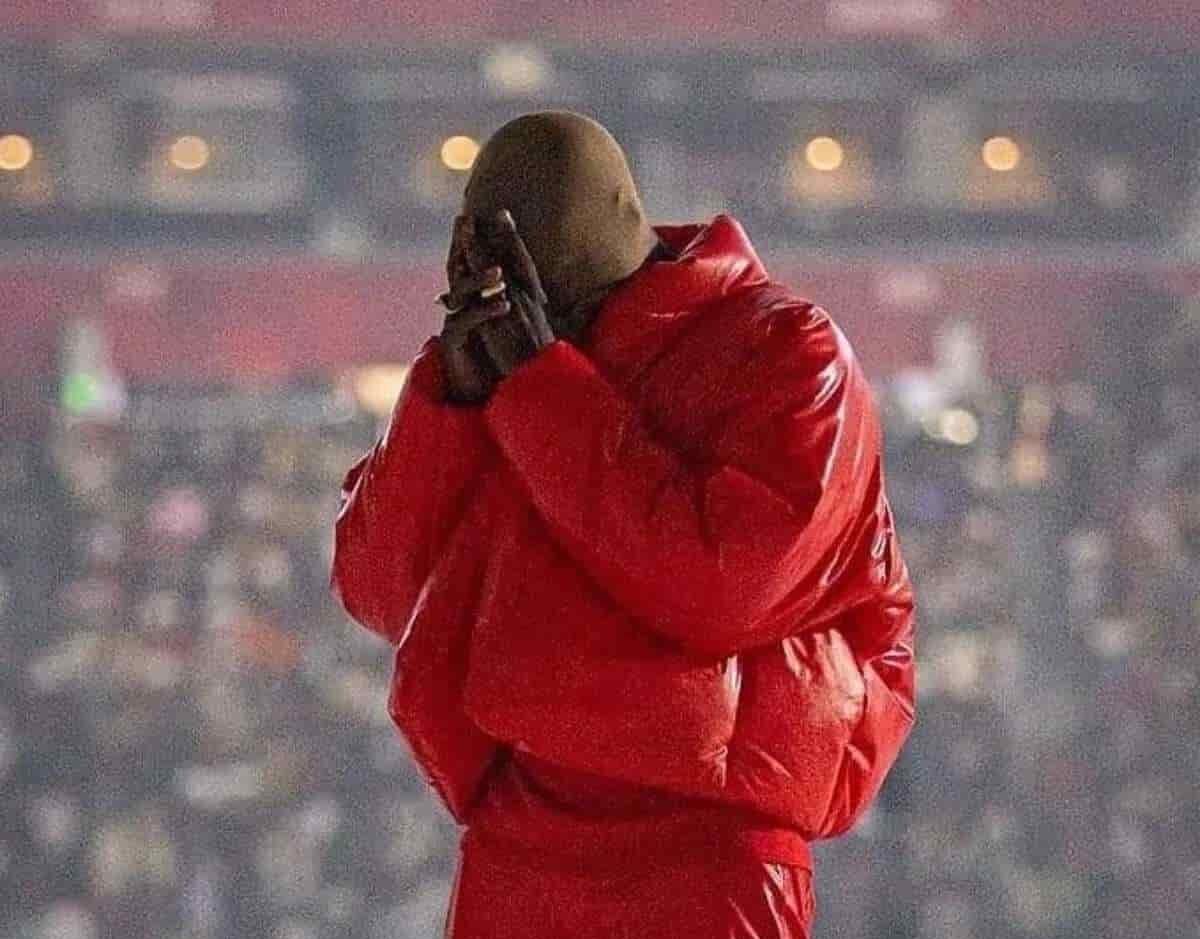 Kanye West llora en público por haber perdido a su familia