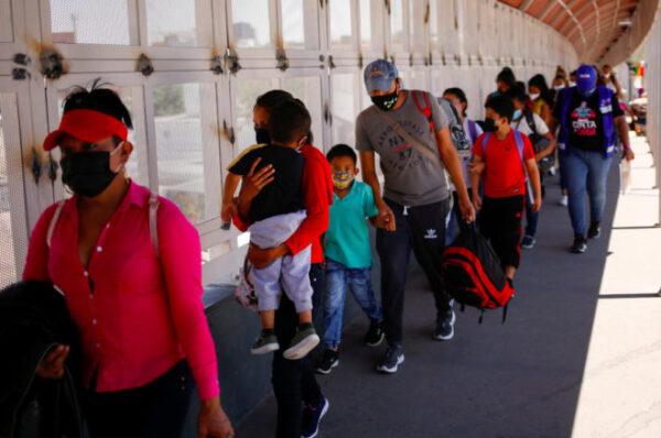 Biden presenta plan para acelerar procesamiento de peticiones de asilo y deportaciones de migrantes