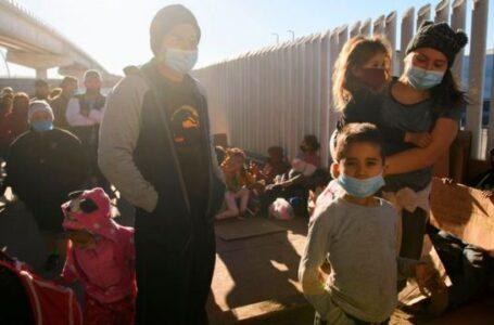 EE.UU. planea vacunar contra el COVID a los migrantes en custodia en la frontera con México