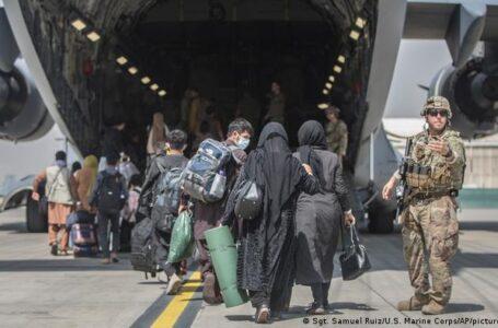 Más de 21.000 personas fueron evacuadas de Kabul y talibanes ya no permiten el paso de afganos al aeropuerto