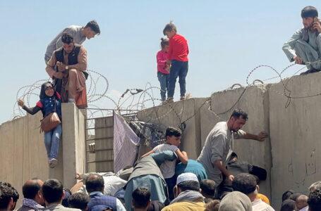 Pánico y caos en el aeropuerto de Kabul: afganos desesperados por huir de los talibanes