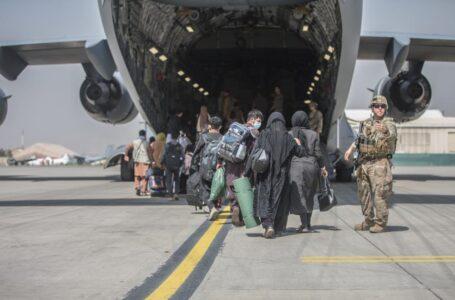 EEUU acelera evacuación de personas de Afganistán mientras persiste el caos en aeropuerto de Kabul