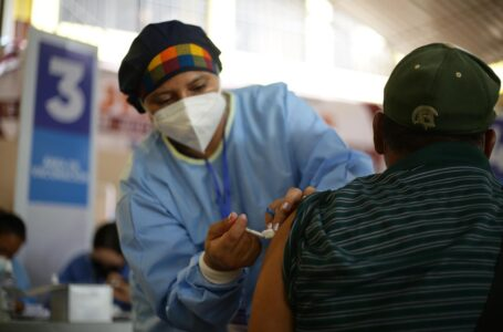 A los voluntarios en la combinación de vacunas se les hará una vigilancia permanente
