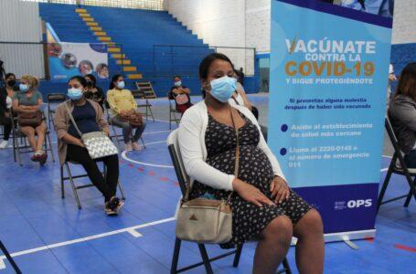 Médicos insisten a embarazadas que acudan a vacunarse, ante aumento de hospitalizaciones