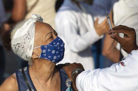 Brasil aplicará tercera dosis de vacuna anticovid a mayores de 70 años