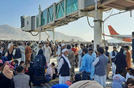 EEUU intensifica las evacuaciones en Kabul mientras negocia un cronograma con los talibanes