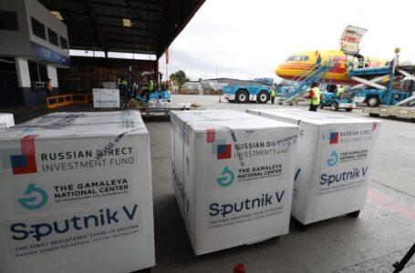 Guatemala recibe otras 400 mil dosis de vacunas Sputnik V del primer componente