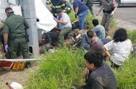 Al menos 11 muertos en Texas al volcar una camioneta que transportaba migrantes