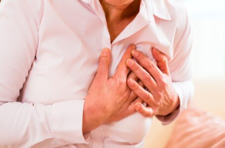 El dolor o angina de pecho, el síntoma más común de un infarto entre hombres y mujeres