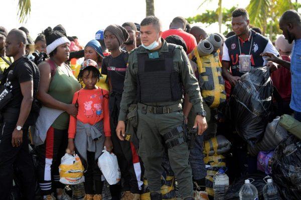 Migrantes haitianos rechazan abandonar el campamento en México