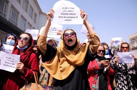 Mujeres afganas realizan protesta exigiendo el respeto de sus derechos al gobierno talibán
