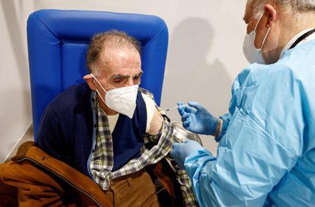 Italia aplica tercera dosis de vacuna contra COVID a grupos de riesgo