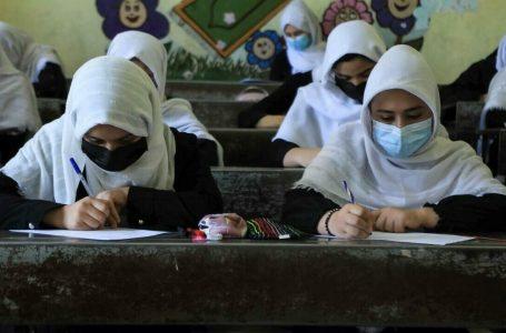 Talibanes anuncian que las mujeres irán a las universidades
