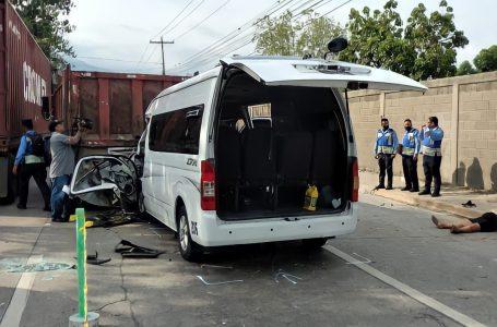 Un muerto y varios heridos deja fatal accidente entre microbús y volqueta en SPS