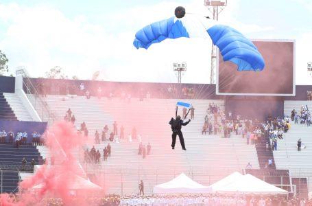 Paracaidistas nuevamente se roban los aplausos con impecable espectáculo