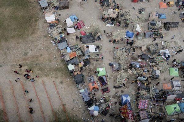 Biden recibe críticas por manejo de campamento migrante fronterizo improvisado