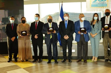 Distinguidos hondureños son galardonados en el marco del Bicentenario