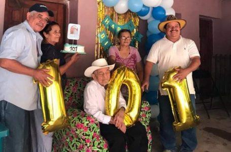 """""""No pelear con nadie"""", el secreto de don Toño Navarro para cumplir 101 años"""