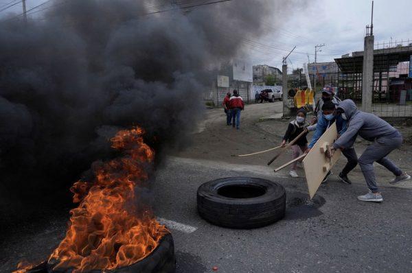 Protestas, represión y bloqueos en otro día de protestas por precio de combustibles en Ecuador