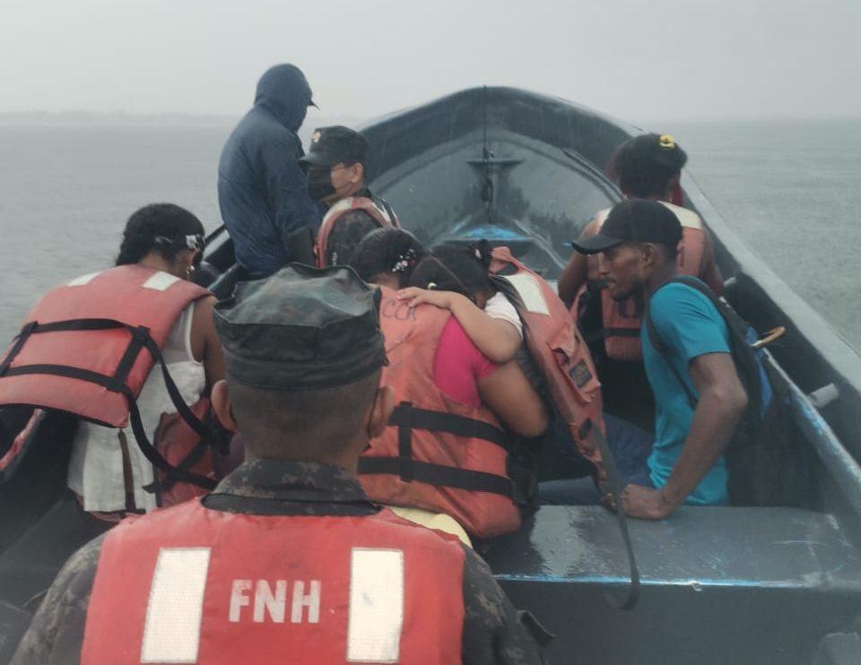 Salvan a 20 personas que habían quedado a la deriva en alta mar