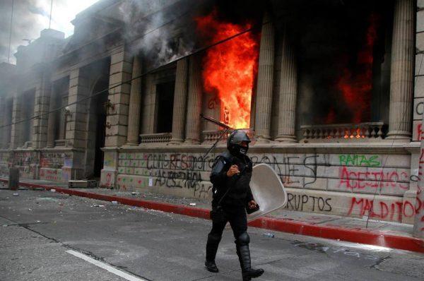 Exmilitares entraron por la fuerza al Congreso de Guatemala