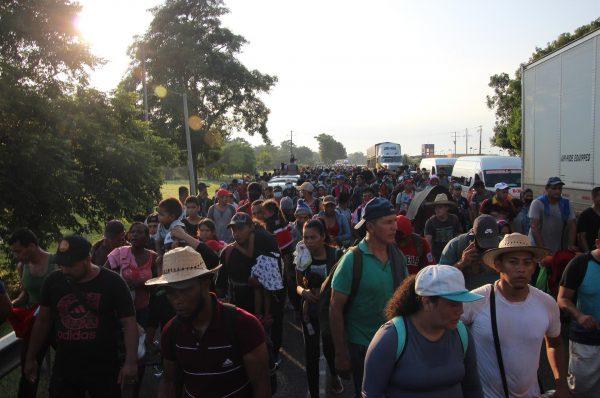Caravana migrante de haitianos y centroamericanos avanza a paso lento por México