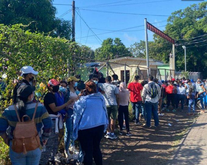 Miles de nicaragüenses buscan vacunas contra el COVID-19 en Honduras