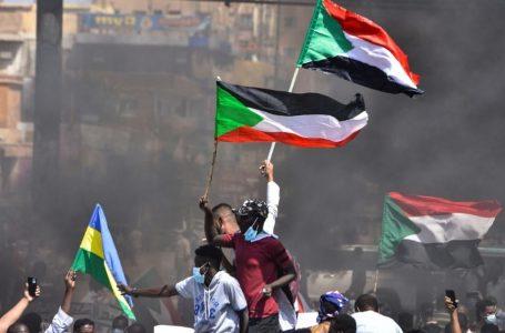 Consejo militar de Sudán declara el estado de emergencia y disuelve el Gobierno
